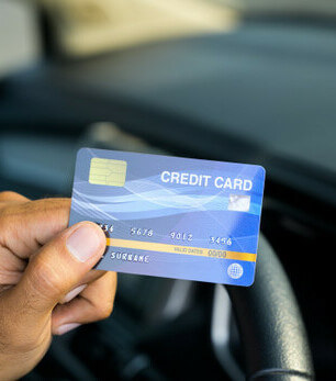 pessoa com cartão de crédito para pagar caução